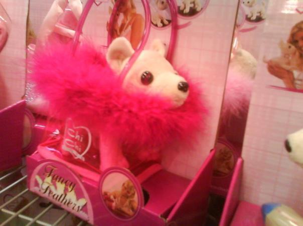 En liten chihuahuavalp i rosa väska till den lille tjejen